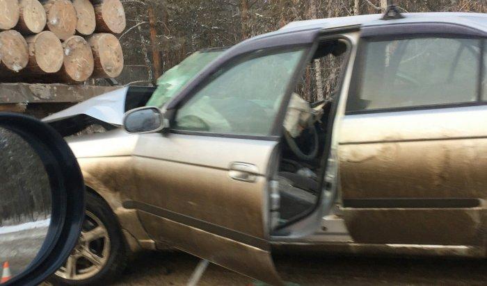 На Качугском тракте автомобиль Nissan Sunny врезался в лесовоз