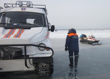 На Байкале под лед провалились два автомобиля