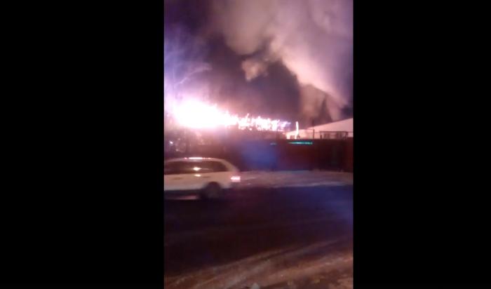 В Иркутске сгорел автосервис на улице Воронежской
