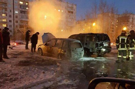 В Иркутске утром 18 ноября сгорели автомобили Mazda Demio и Honda Pilot