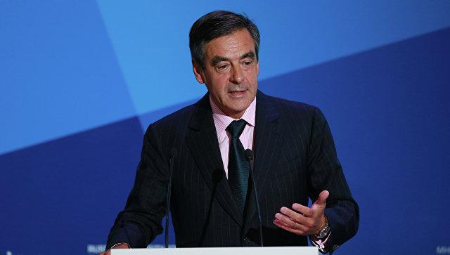Экс-премьер Франции Фийон одерживает победу впервом туре праймериз