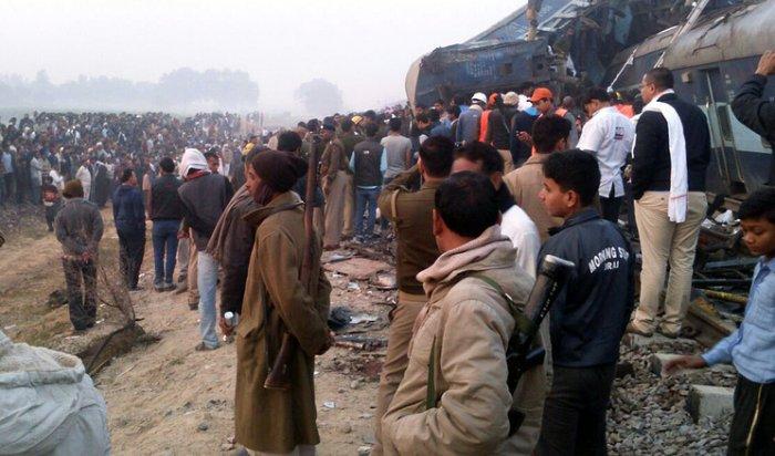 ВИндии при сходе поезда срельсов погибли 133человека