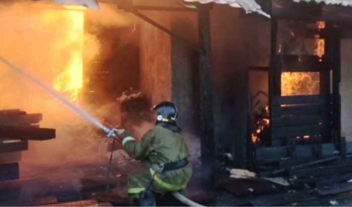 Женщина имальчик спасли двоих детей изгорящего дома впосёлке Ханчин Шелеховского района