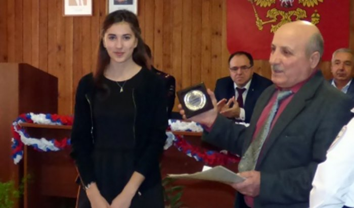 В Киренске общественники наградили 17-летнюю девушку, которая помогла задержать грабителей