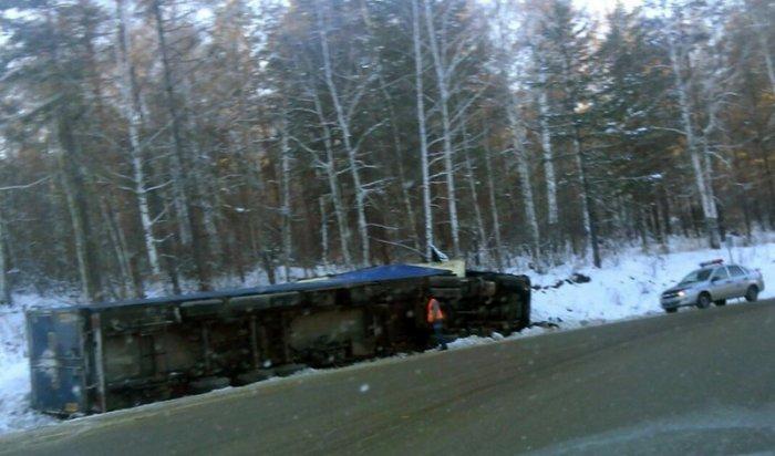 На Култукском тракте опрокинулся грузовик, пострадал водитель