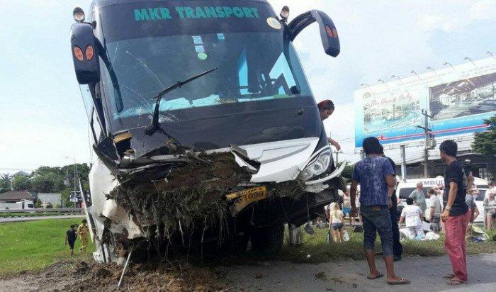 Трое россиян пострадали вДТП стуристическим автобусом вТаиланде