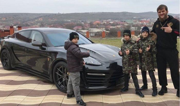 Сыновья Кадырова подарили тренеру надень рождения Porsche Panamera