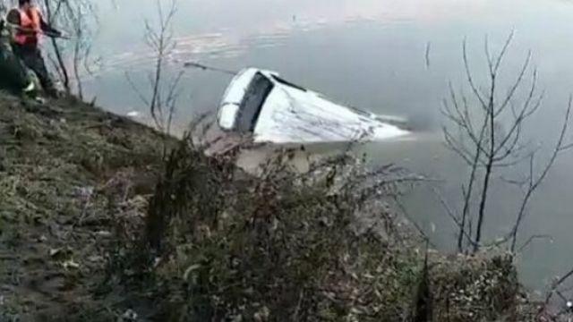 Врезультате падения автобуса возеро вКитае погибли 18человек