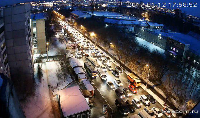 В Иркутске на 2-й Железнодорожной образовались пробки из-за столкновения автобусов и прорыва трубы