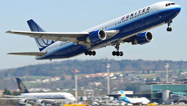 Авиакомпания United Airlines лишилась $800млн после скандала спассажиром