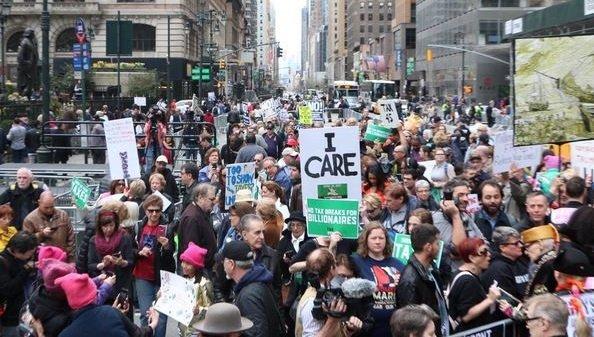 Тысячи человек в Нью-Йорке вышли на митинг против Трампа