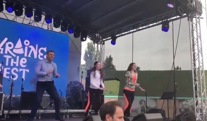 Кличко станцевал под Бритни Спирс для волонтеров «Евровидения»
