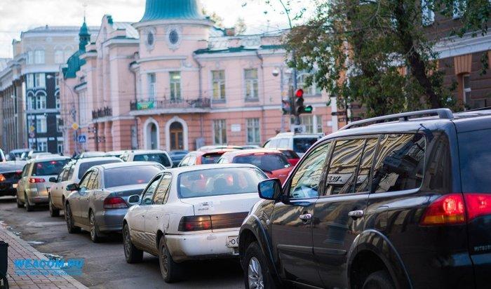 В Иркутске на улице Ленина образовались пробки из-за поврежденных канализационных люков