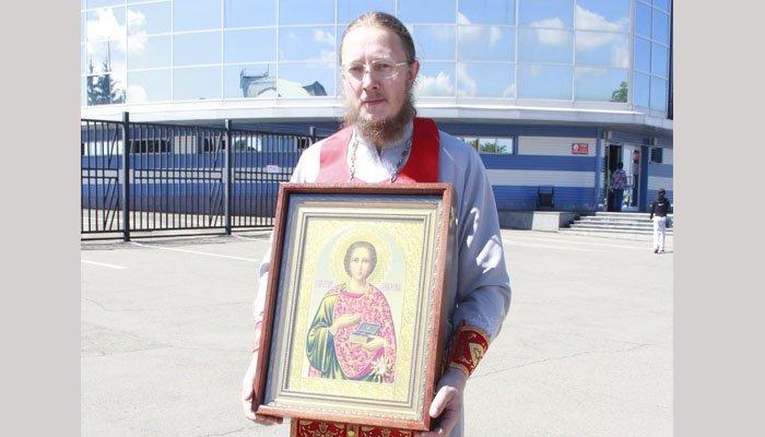 В Иркутск привезли икону с частицей мощей великомученика Пантелеимона