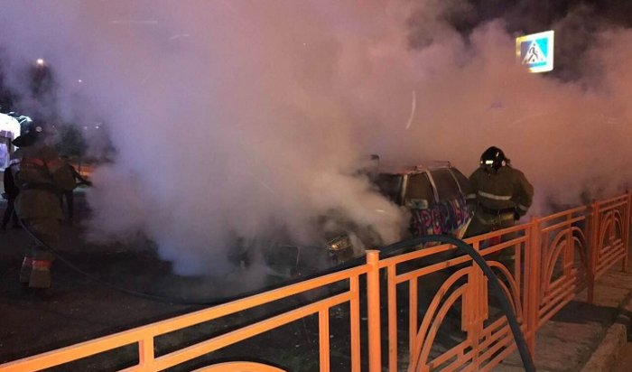 В Иркутске ночью 15 июня сгорел автомобиль интим-магазина (Видео)