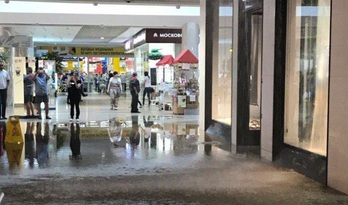 ВИркутске врезультате прошедшего ливня подтопило первый этаж «Сильвер Молла» (Видео)