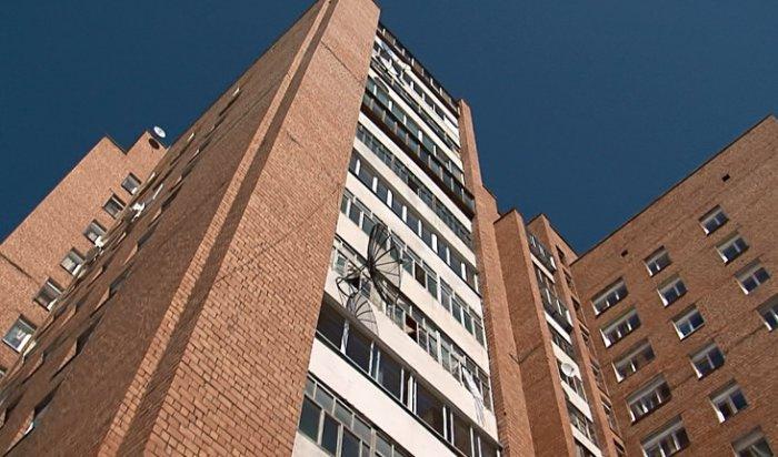 В Братске с балкона 13-го этажа выпала молодая женщина