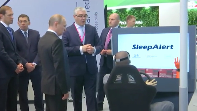 Владимиру Путину показали нейрокепку для водителей