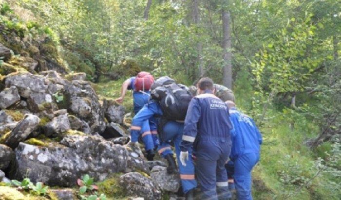 ВПриангарье спасатели эвакуировали изгорного ущелья туриста изОмска, укоторого отказали ноги