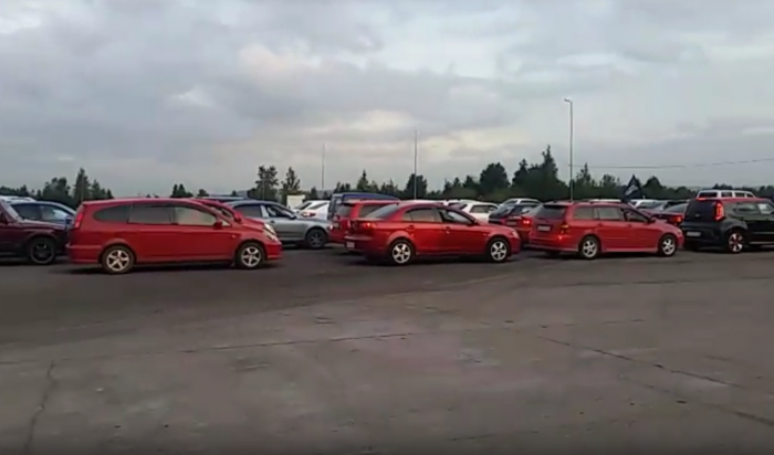 В Иркутске автомобилисты выстроились в российский триколор (Видео)