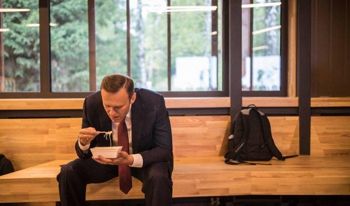 Фото Навального, поедающего лапшу быстрого приготовления, стало мемом