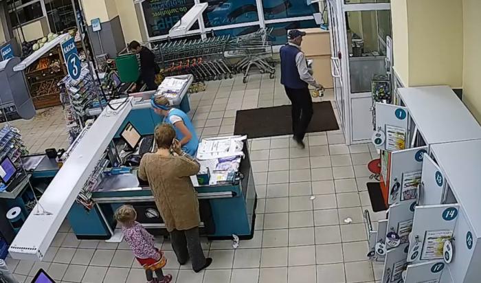 В Ангарске женщины-продавцы супермаркета задержали мужчину, пытавшегося похитить выручку (Видео)