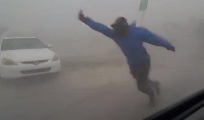 Видео сметеорологом, фиксирующим скорость ветра, стало вирусным