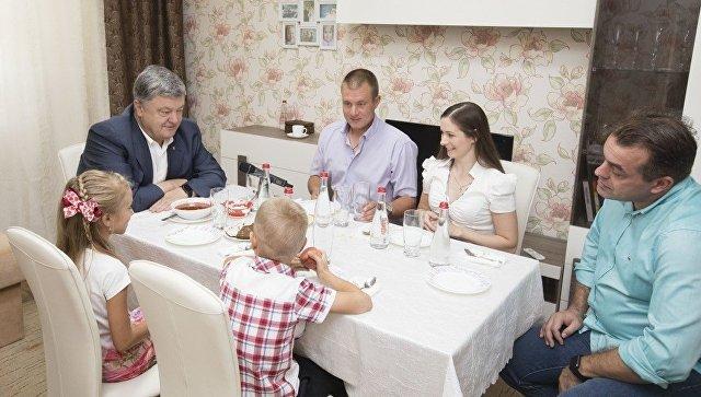 Пользователи Сети высмеяли фото Порошенко с борщом