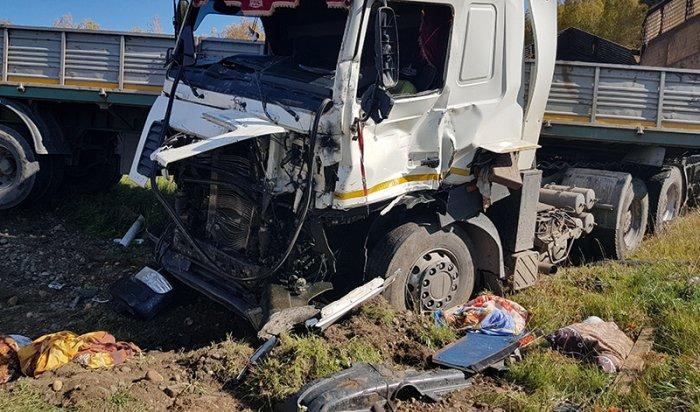 В Тулунском районе при столкновении двух грузовиков погиб один из водителей