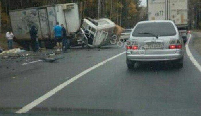 В Шелеховском районе при лобовом столкновении Audi Q7 и грузовика пострадала женщина