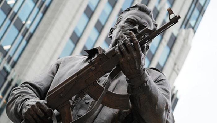ВМоскве скульптор ответил Макаревичу накритику памятника Калашникову