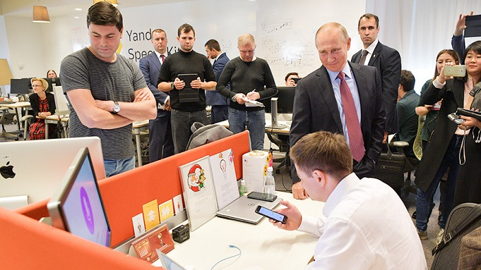 Владимир Путин в«Яндексе» побеседовал сголосовым помощником «Алисой» (Видео)