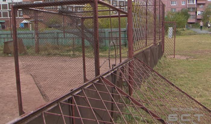 В Братске на 10-летнего мальчика на спортплощадке упало металлическое ограждение