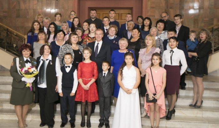 Сергей Левченко вручил 11 жительницам Приангарья почетные знаки «Материнская слава»