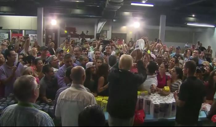 Трамп раздал пострадавшим отурагана жителям Пуэрто-Рико бумажные полотенца