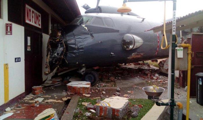 ВПеру самолет ВМС врезался вполицейский участок