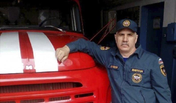 В Усть-Куте пожарный  спас женщину и ребенка из горящего дома
