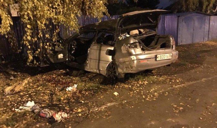 В Иркутске водитель и пассажир Toyota Premio погибли, врезавшись в световую опору