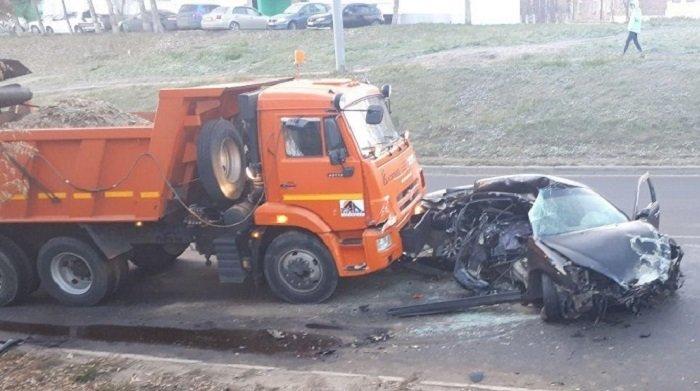 Водитель Toyota Windom погиб при столкновении сКамАЗом наулице Академической вИркутске