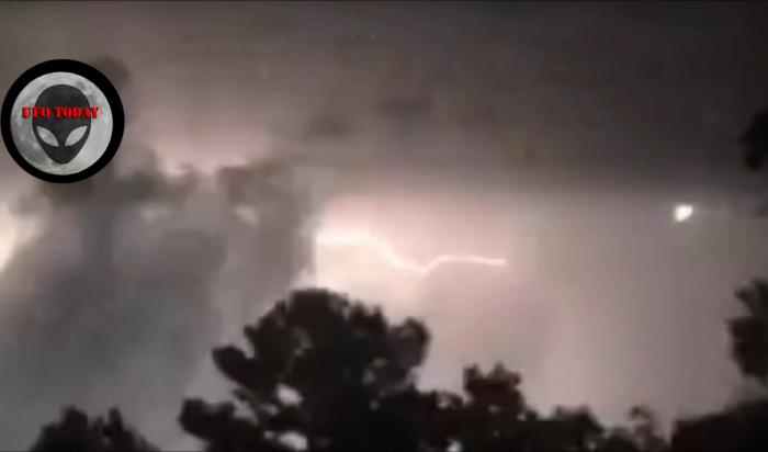 В Сети набирает популярность видео удара молнии в НЛО