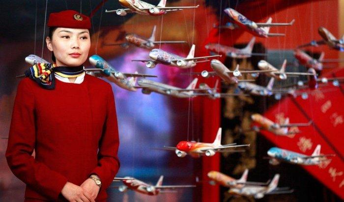 В Китае стюардесса выпала из двери самолета во время взлета