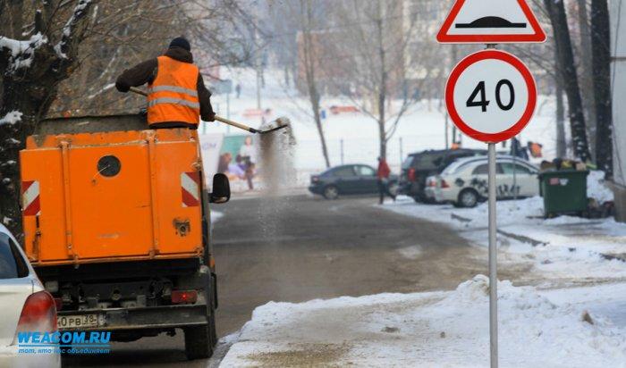 Ночью 27 октября улицы Иркутска после снегопада убирали около 70 единиц техники