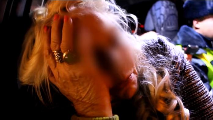 В центре Иркутска пьяная 69-летняя пенсионерка врезалась в два автомобиля и светофор (Видео)