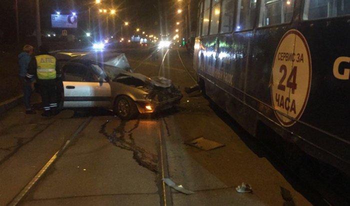ВИркутске водитель Toyota Carib погиб при столкновении с трамваем