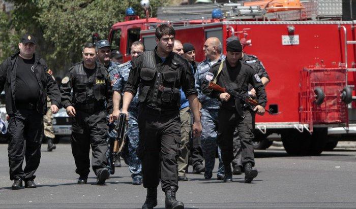 В Армении мужчина с ножом ворвался в детсад и взял в заложники ребенка