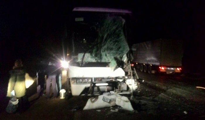 Под Ярославлем грузовик врезался вперевозивший детей автобус
