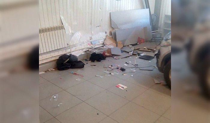 В Ангарске водитель Infiniti наехал на работника автосервиса (Видео)
