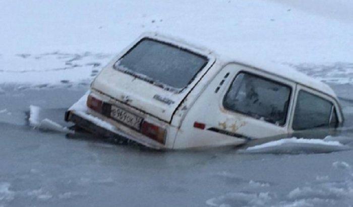 ВКиренске автомобиль «Нива» провалился под лед