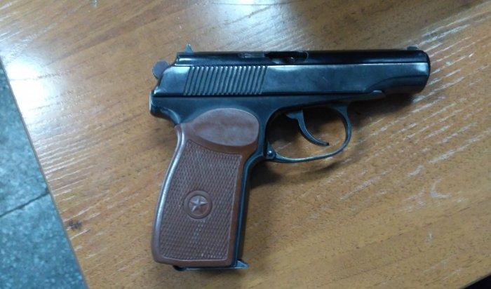 В Ангарске трехлетний мальчик выстрелил себе в голову из травматического пистолета