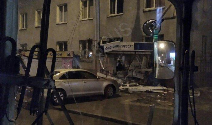 В Иркутске неизвестный водитель  протаранил киоск наулице Байкальской